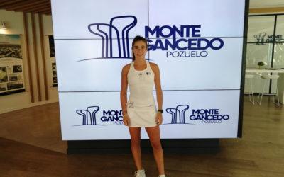 Marta Ortega, la jugadora más joven en alzarse con el número 1 del ranking mundial de pádel, visita el punto de información de Montegancedo
